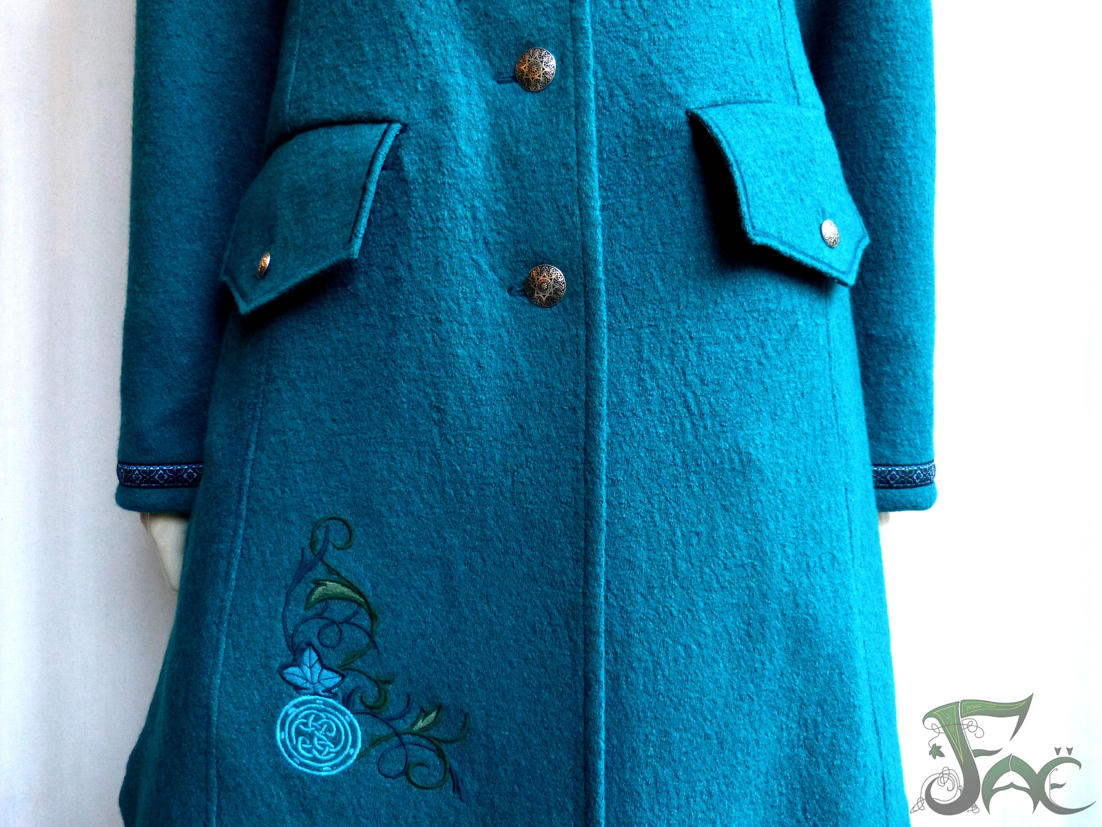 Manteau turquoise, broderie
